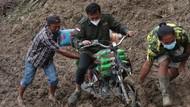 Berbagi Donasi Hingga Pelosok Desa, Tim CT ARSA Foundation Terobos Medan Sulit