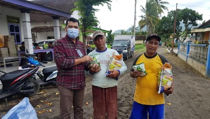 Wilayah Jember Jawa Timur juga mengalami bencana banjir. Bantuan berupa sembako, obat-obatan dan ribuan masker juga disalurkan untuk warga yang terdampak. Ini foto-fotonya.