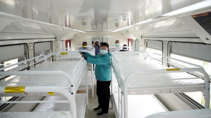 Pemerintah Kota Madiun menyiapkan gerbong kereta api INKA untuk ruang rawat pasien COVID-19. Begini kondisi gerbong KA yang jadi RS darurat tersebut.