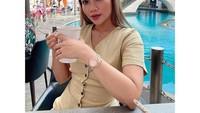 Pose Seksi Hani Putri Saat Nikmati Floating Breakfast dan Ngopi