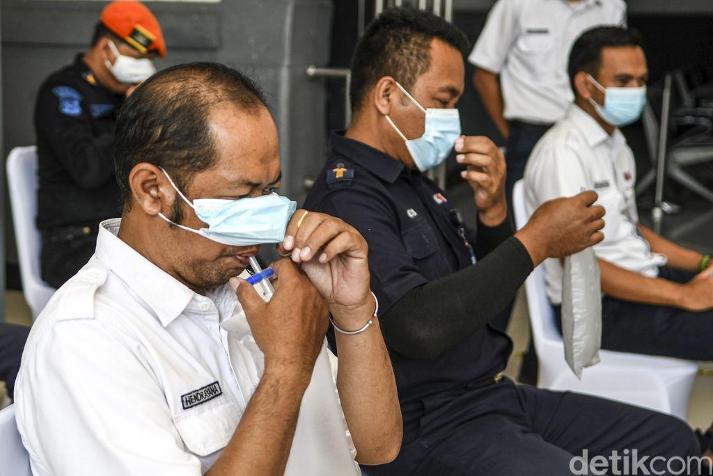 Petugas mengetes kantong nafas milik pegawai PT KAI (Persero) dengan GeNose C19 di Stasiun Pasar Senen, Jakarta, Sabtu (23/1/2021). Menteri Perhubungan Budi Karya Sumadi akan mengimplementasikan penggunaaan GeNose C19 sebagai alat pendeteksi COVID-19 pada calon penumpang kereta api mulai 5 Februari 2021. ANTARA FOTO/M Risyal Hidayat/aww.