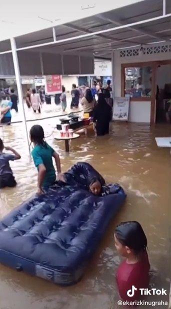 Warung Nekat Jualan Walau Banjir