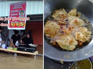 Warung Ini Nekat Jual Gorengan Walau Terendam Banjir