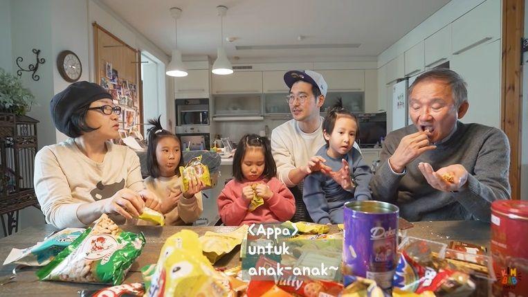 Kakek Nenek Korea Cicip Snack Indonesia