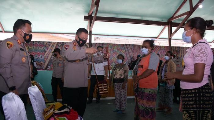 Kapolda NTT melakukan dialog dengan warga