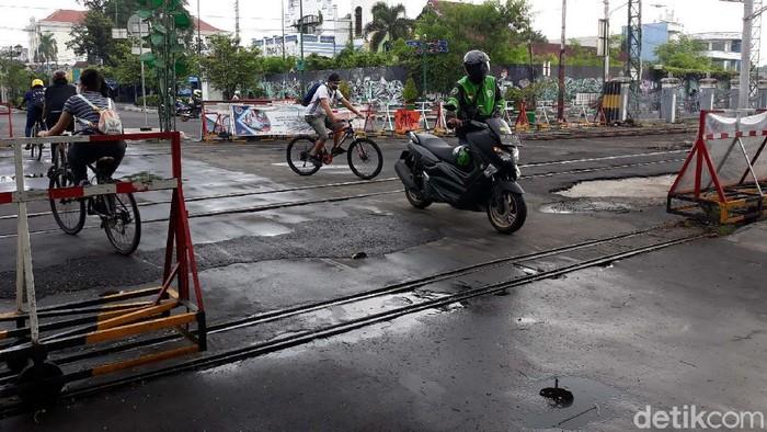 Sebuah perlintasan rel kereta api di Kota Yogyakarta hanya boleh dilintasi warga, sepeda dan becak kayuh. Akibatnya sepeda motor yang nekat melintas harus dituntun.