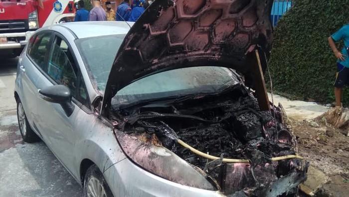 Mobil terbakar di depan Pasar Patra Kebon Jeruk, Jakbar
