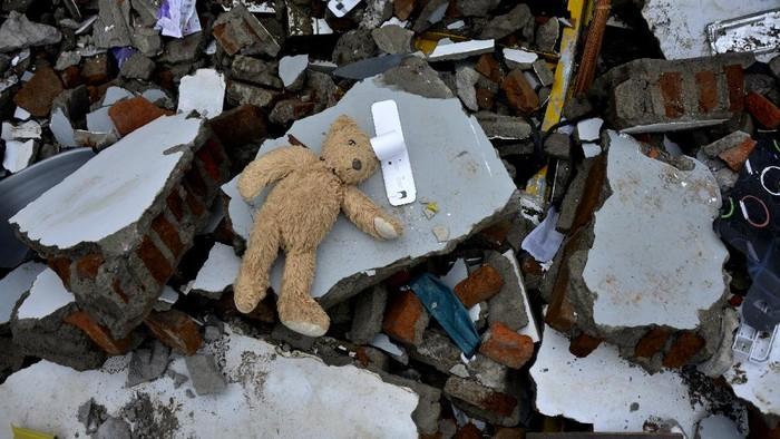 Sebuah mainan boneka berada di sekitar reruntuhan rumah yang rusak akibat gempa bumi di Kabupaten Mamuju, Sulawesi Barat, Minggu (17/1/2021). Gempa bumi berkekuatan magnitudo 6,2 yang terjadi pada Jumat (15/1/2021) dini hari tersebut mengakibatkan 56 orang meninggal dunia dan puluhan warga masih mengungsi.  ANTARA FOTO/Abriawan Abhe/foc.