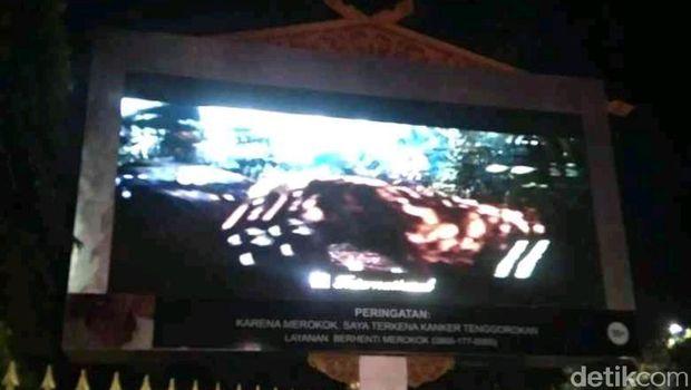 Pemasangan videotron tepat di bundaran Tugu Zapin Pekanbaru, Riau, diprotes warga. Warga mengirimkan somasi kepada Walkot Pekanbaru (Raja Adil/detikcom)
