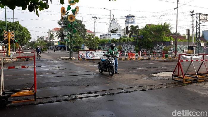 Perlintasan rel kereta api teteg di Kota Yogyakarta bikin banyak pengendara menuntun motornya saat melintas. Foto diambil Jumat (22/1/2021).