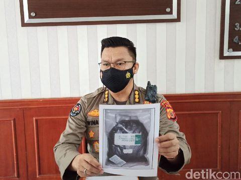 Polisi tunjukkan barang bukti berupa bahan pembuat bom yang disita dari lokasi penangkapan terduga teroris di Aceh (Agus Setyadi/detikcom)