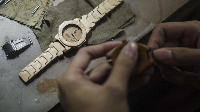 Perajin memproduksi jam tangan berbahan kayu di rumah produksi Owa Watch, Subah, Kabupaten Batang, Jawa Tengah, Senin (18/1/2021). Perajin dalam sehari mampu memproduksi sebanyak lima buah jam tangan berbahan limbah kayu jati dan sonokeling yang dipasarkan melalui daring seharga Rp250 ribu-Rp500 ribu. ANTARA FOTO/Harviyan Perdana Putra/rwa.