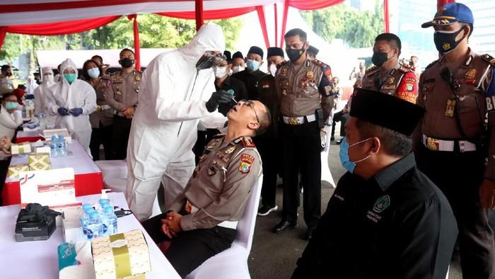 Pimpinan Pusat Pagar Nusa (PS NU) menggelar Rapid Tes Antigen Swab, bersama 500 personel SAT-PJR Ditlantas Polda Metro Jaya pada Sabtu (23/01/2020). Meski melibatkan banyak personel, pelaksanan kegiatan tetap dengan mengedepankan protokol kesehatan pencegahan Covid-19.