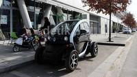 Serunya Tunggai Mobil Listrik Mungil Renault Twizy Langsung di Paris