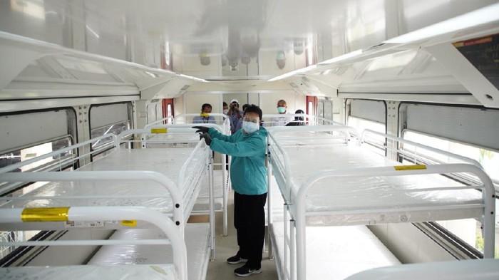 Pemkot Madiun menjadikan gerbong kereta api sebagai ruang rawat pasien COVID-19. Pemanfaatan gerbong kereta milik INKA ini seiring RS rujukan pasien COVID-19 telah penuh.