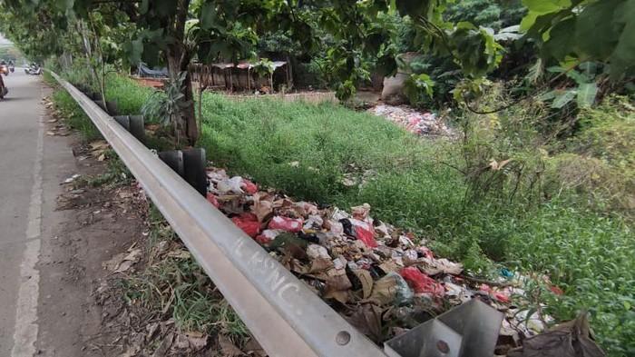 Sampah di pinggir jalan akses TOL JORR di Kalimalang, Kota Bekasi