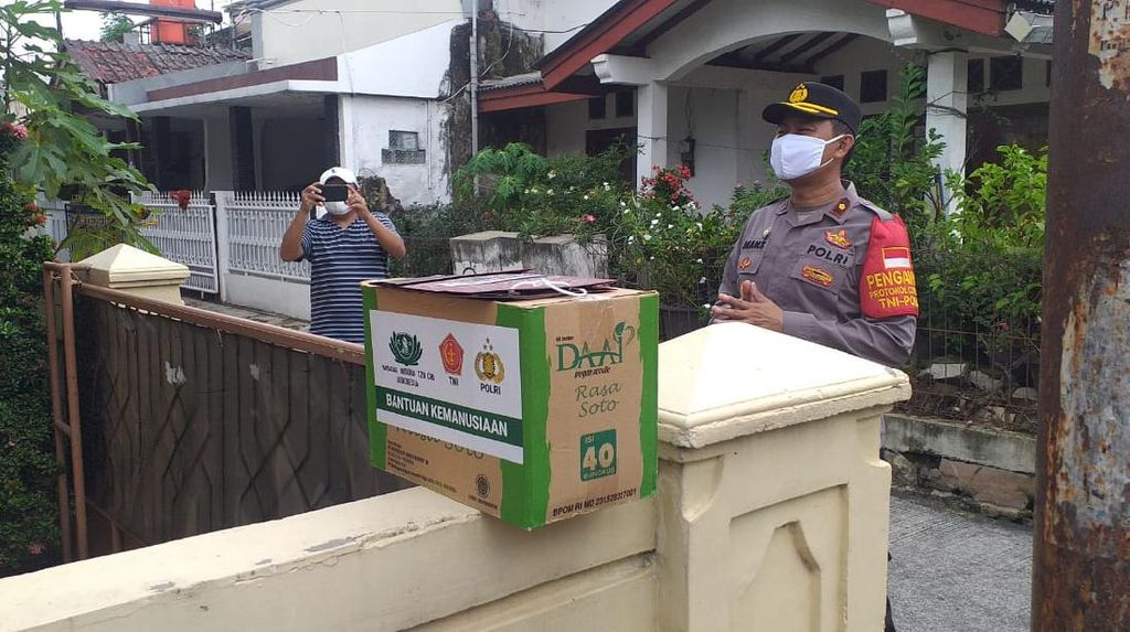 Polisi Beri Bantuan Sembako ke 5 Warga Positif COVID di Kayuringin Bekasi