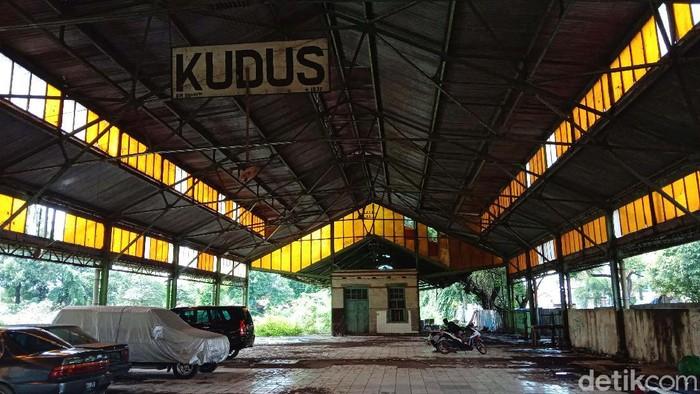 Stasiun Kereta Api (KA) di Kudus, Jawa Tengah, kusam dan tak terurus. Padahal stasiun KA ini pernah jadi saksi bisu serbuan peluru pesawat milik Belanda.