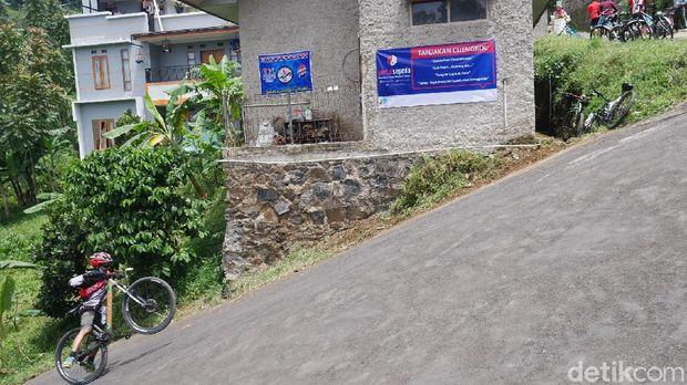 Tanjakan Langit Cijengkol di Lembang, Kabupaten Bandung Barat.