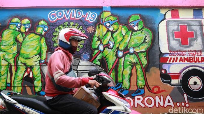 Pemerintah memperbarui data kasus positif virus Corona di Indonesia. Menurut data BNPB, total kasus positif COVID-19 di Indonesia berjumlah 977.474 kasus.