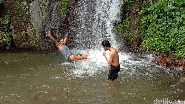 ika ditempuh dari kota Kudus, membutuhkan waktu sekitar 30 menit. Lokasi air terjun Kali Banteng ini terletak di lereng Gunung Muria.
