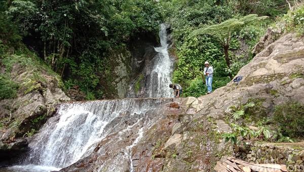 Seperti diketahui di wilayah Desa Rahtawu menyimpan banyak objek wisata alam. Di sana ada wisata susur sungai, pendakian dan air terjun, selain air terjun Kali Banteng di atas.