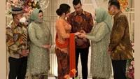 Momen Pertunangan Ali Syakieb dan Margin Wieheerm