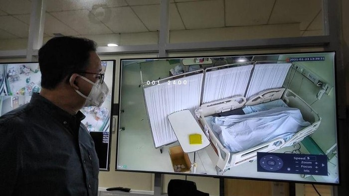 Anies memantau jenazah pasien COVID-19 dari layar monitor (Dok Facebook Anies Baswedan)