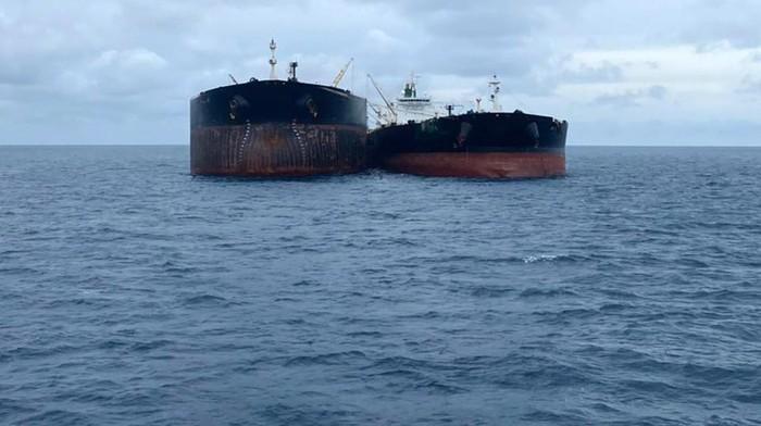 Bakamla RI mengamankan dua kapal asing di perairan Pontianak, Kalimantan Barat. Kapal berjenis motor tanker ini diduga melakukan transfer bahan bakar minyak (BBM) secara ilegal.