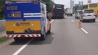 Brak.. Detik-detik Ban Bus Akap Copot di Tol Kebon Jeruk