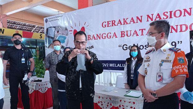 Menhub Budi Karya Sumadi menjajal alat pendeteksi Corona buat ahli-ahli UGM, GeNose, di Terminal Kampung Rambutan, Jaktim, Minggu (24/1/2021).