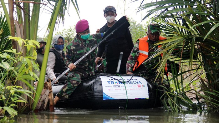 CT Arsa Foundation mendistribusikan bantuan sembako kepada korban banjir di Kalimantan Selatan. Medan sulit diterobos demi menyalurkan bantuan ke masyarakat.