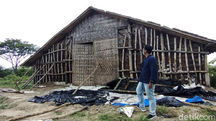 Para pengguna jalan yang melintasi Jalur Pantura Kabupaten Rembang tak asing dengan deretan bangunan yang berdiri di pinggir jalan. Deretan rumah mungil yang sering dikira rumah kurcaci itu ternyata gudang garam.