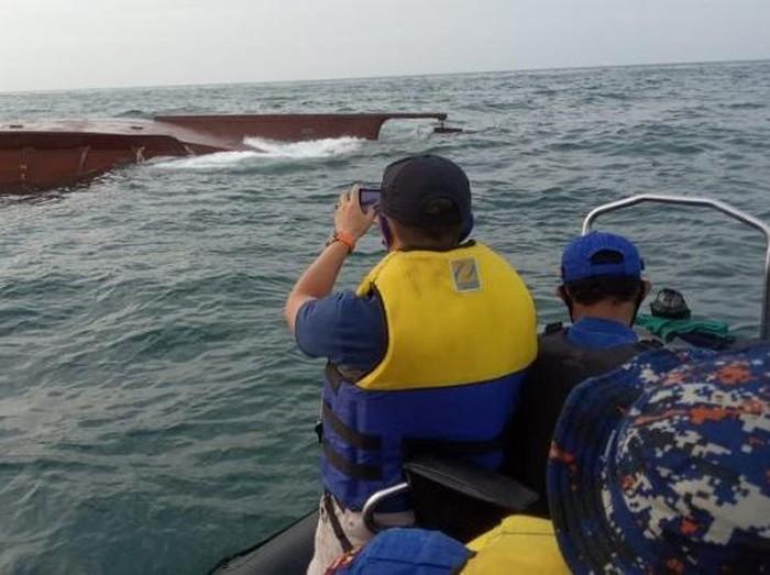 Dua kapal tabrakan di perairan Gresik pada Sabtu (23/1). Hingga kini, 5 anak buah kapal (ABK) belum ditemukan.