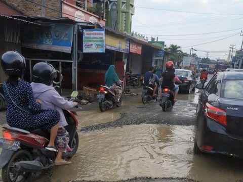 Jalan rusak di Medan, Sumatera Utara (Istimewa)