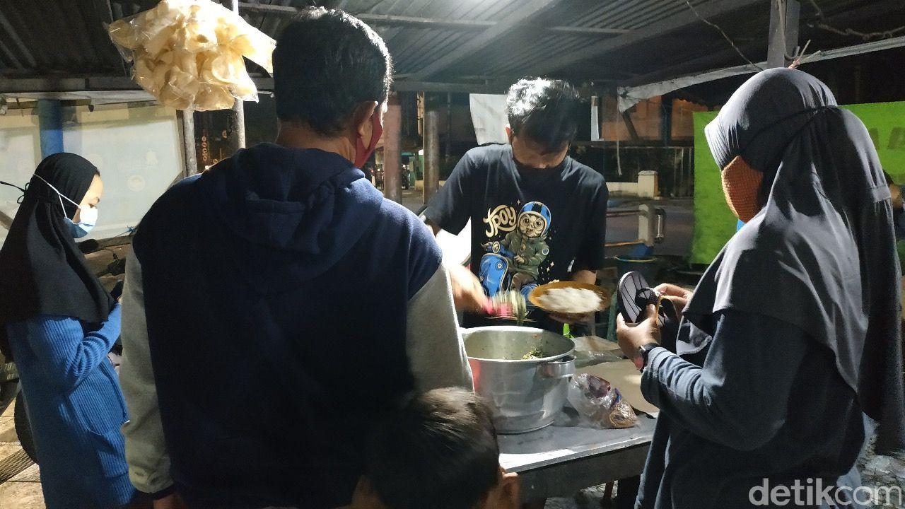 Pedas Nikmat! Sayur Babat dan Ikan Laut Buatan Warung Sego Gobyos Pacitan