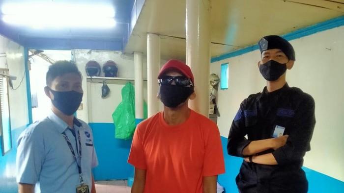 Pelaku pencurian hand sanitizer di TransJakarta (Dok Istimewa)