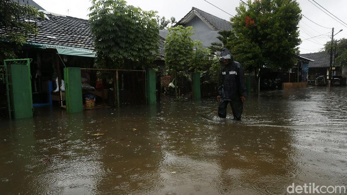 Perumahan Bumi Nasio Indah, Jatiasih, Kota Bekasi, Jawa Barat, Minggu (24/01/2021), tergenang banjir. Ketinggian genangan hingga mencapai 60 cm.