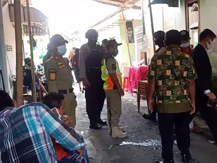 Polisi dan Satpol PP bubarkan hajatan pernikahan di Solo, Minggu (24/1/2021).