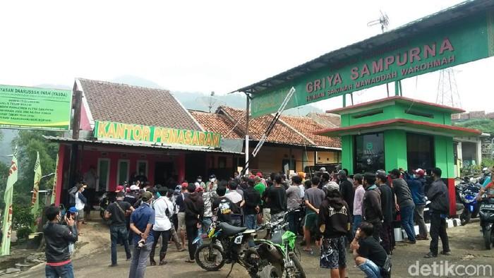 Ratusan warga menggeruduk kantor pemasaran griya sampurna Sumedang