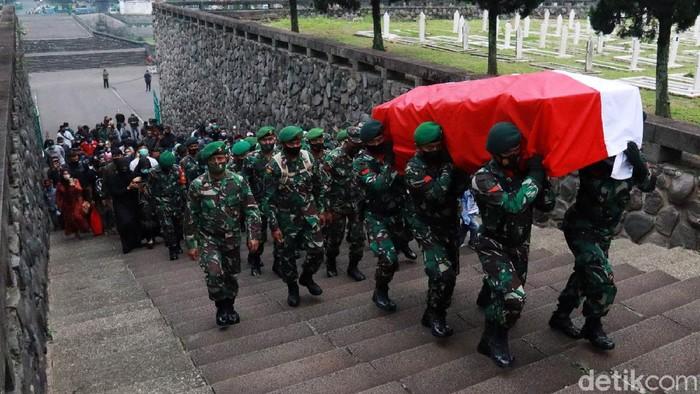 Jenazah Praka Anumerta Roy Vebrianto yang gugur dalam tugas operasi keamanan Satgas Pamtas RI-Papua Nugini dimakamkan di TMP Cikutra, Minggu (24/1/2021). Suasana haru iringi pemakaman tersebut.