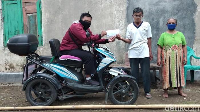 Seorang kakek penjual jamu ditipu pembelinya di Blitar. Kisahnya viral dan netizen beronasi hingga terkumpul Rp 1,4 Juta.