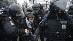 Ada Celana Dalam Biru dan Sikat Toilet di Aksi Demo Rusia, Apa Artinya?