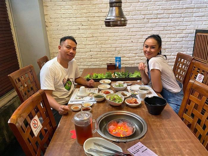 Aksi Seru Makan Bersama ala Vicky Prasetyo dan Kalina