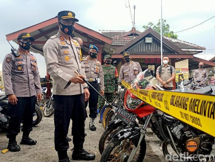 Petugas gabungan di Kediri menggelar razia balap liar di tengah pandemi COVID-19. Ada 134 sepeda motor yang diamankan dari lokasi di Desa Sidomulyo, Kecamatan Purwoasri.