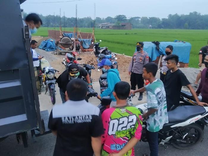 Belasan remaja di Ponorogo menggelar balap liar. Satlantas Polres Ponorogo akhirnya menilang mereka.