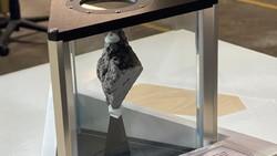 Joe Biden Pajang Batu dari Bulan di Kantor Presiden AS