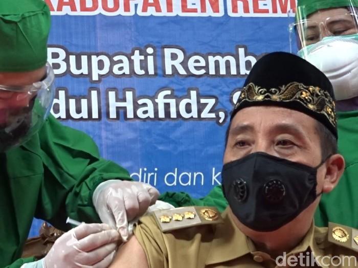 Bupati Rembang Abdul Hafidz disuntik vaksin virus Corona, Senin (25/1/2021).