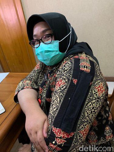 Bupati Sragen, Kusdinar Untung Yuni Sukowati, menunjukkan bajunya yang dimodifikasi demi vaksin Corona, Senin (25/1/2021).