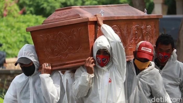 Cerita warga menggunakan jasa gotong peti jenazah Corona di TPU Cikadut